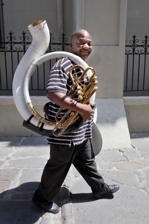 USA, Amerika, United States of America, Louisiana, New Orleans, French Quarter, Jackson Square, vor der St Louis Cathedral, Tuba, Brass Band Musiker auf dem Weg zur Arbeit,