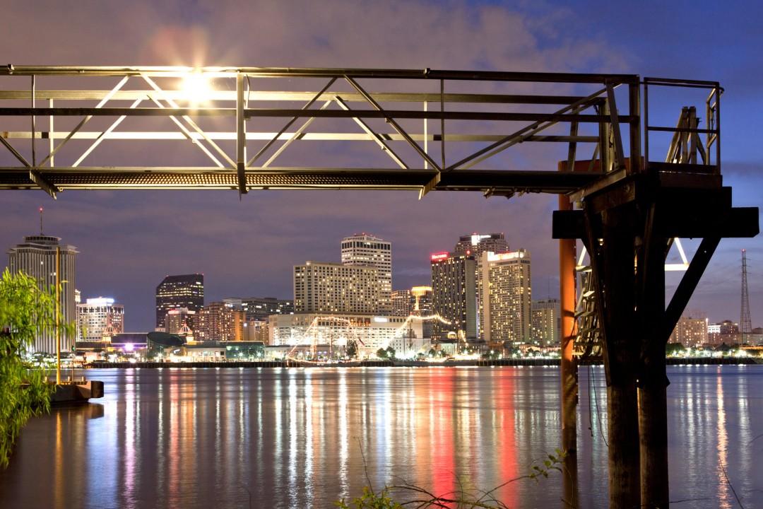 USA, Amerika, United States of America, Louisiana, New Orleans, Canal Street, Faehre ueber den Mississippi, nach Algiers, Blick ueber den Fluss am Abend, beleuchtete Skyline, Hochhaeuser,