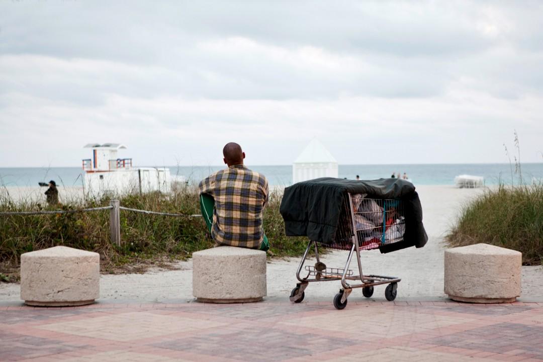 USA, Vereinigte Staaten von Amerika, United States of America, Florida, Miami Beach, Southbeach, Obdachlosigkeit, Obdachloser, homelessness, Armut,  Strand beim Art Deco District, Atlantischer Ozean, Meer, Ocean Walk, Atlantik, Promenade,