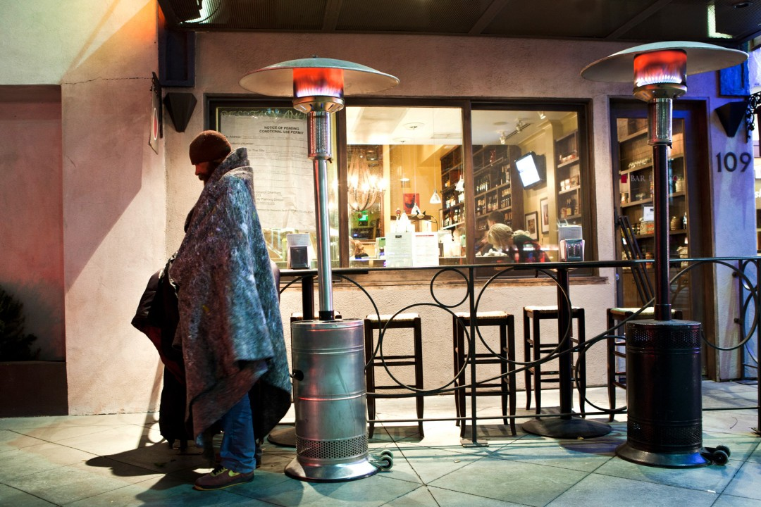 USA, Amerika, Kalifornien, Los Angeles, Santa Monica, Obdachloser, Obdachlos, Mann waermt sich unter Heizpilz, United States of America, California,