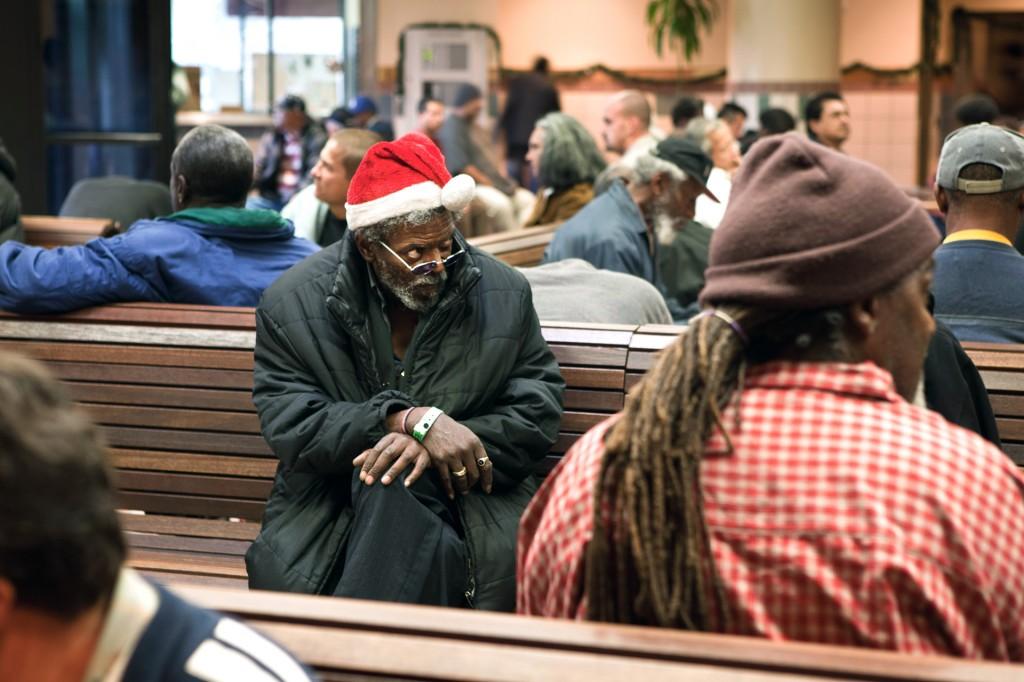 """USA, Amerika, Gesellschaft, Obdachlosigkeit,  Kalifornien, Obdachlose duerfen tagsueber in der Lobby sitzen, damit sie nicht auf der Straße rumhaengen muessen, Reportage ueber den Alltag in der """"LA Mission"""", einer Einrichtung für Obdachlose, Mittellose und Drogenabhaengige in Downtown Los Angeles. Die christliche Non-Profit-Organisation finanziert sich allein durch Geld- und Sachspenden und besteht seit 75 Jahren. Die LA Mission versorgt Beduerftige nicht nur mit Lebensmitteln und Kleidung, sie bietet auch Hilfe bei der Jobsuche und verschiedene Programme zur Resozialisierung an.United States of America, California,Pictures of the daily live in theLos Angeles Mission, achristian non-profit organization that takes care of the poor and homeless. For 75 years, the LA Mission has supported the homeless, supplying them with food and clothes. It also offers different programs to reintegrate the participants into society."""