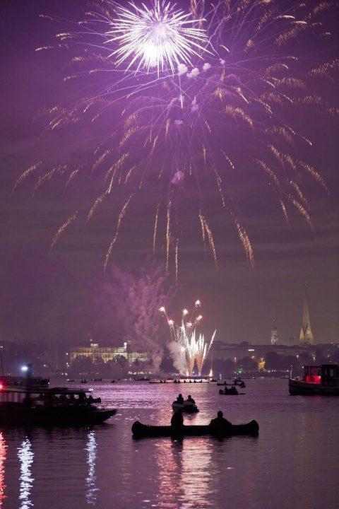 Europa, Deutschland, Hamburg,Aussenalster, Uhlenhorst, Stadt Panorama, Kirschblueten Fest, Feuerwerk, von der schönen Aussicht, Boote, Kanus, Dampfer,