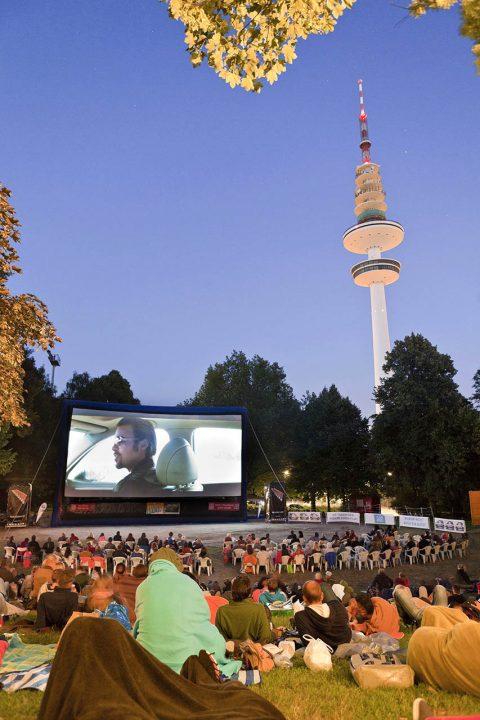 Europa, Deutschland, Hamburg, Schanzenpark, Open Air Kino, Killing them softly mit Brad Pitt, am Fernsehturm, Abends, Leinwand,