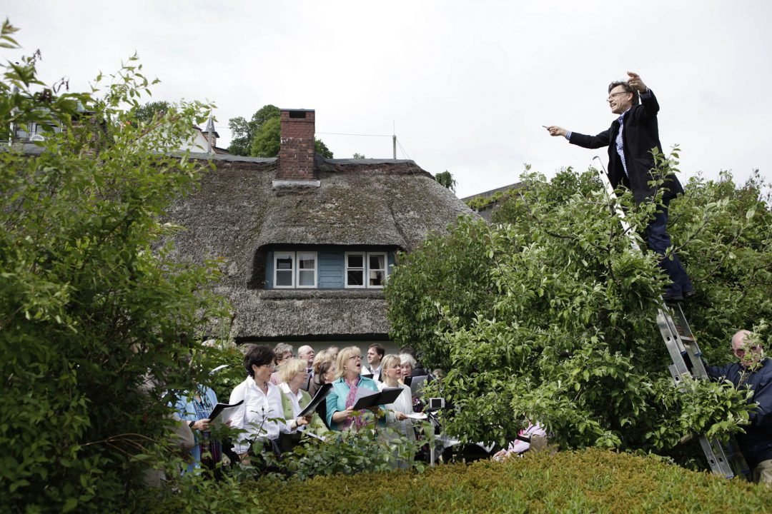 Europa, Deutschland, Hamburg, Blankenese, Treppenviertel, Moellers Treppe, Fischaerhaus Museum, Treffen von Choeren, Brahms, Dirigent auf einer Leiter im Baum,