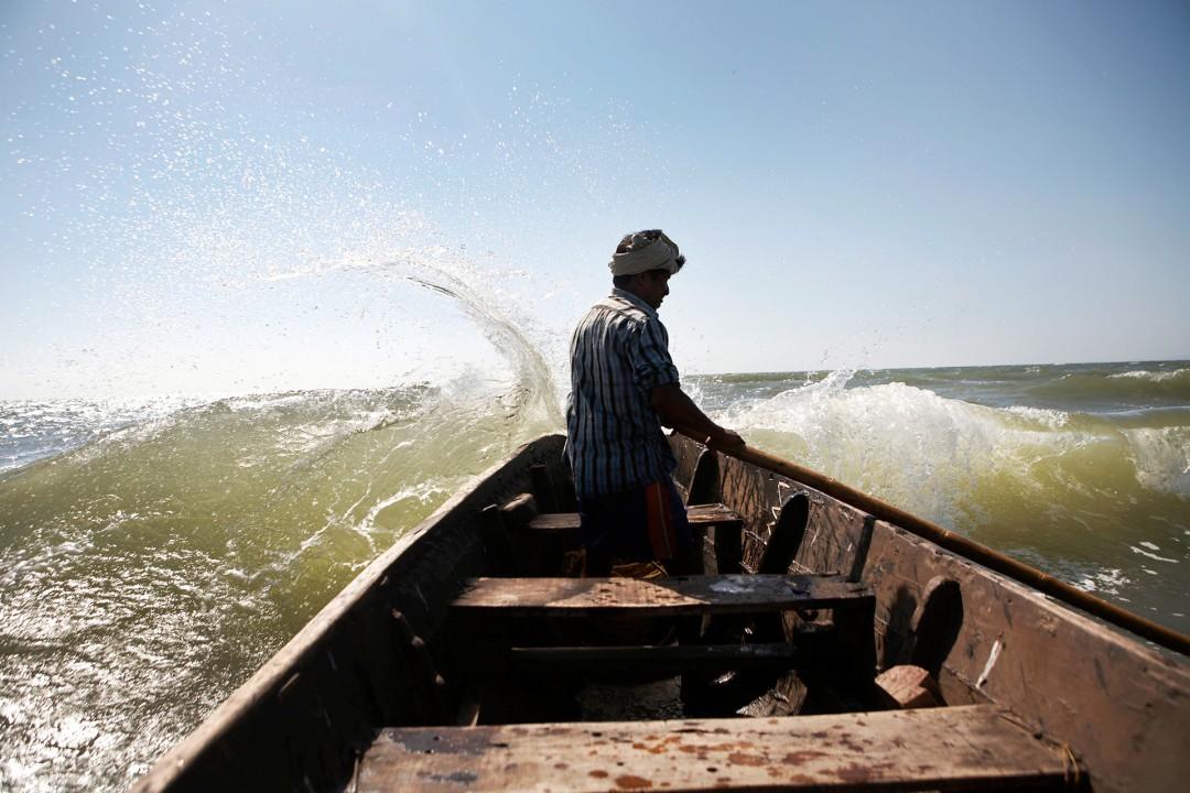 Indien, Karnataka, Gokarna, Fischerboot, Fischer, Bootstour vom Gokarna Stadtstrand, Wellen, Brandung, Gischt