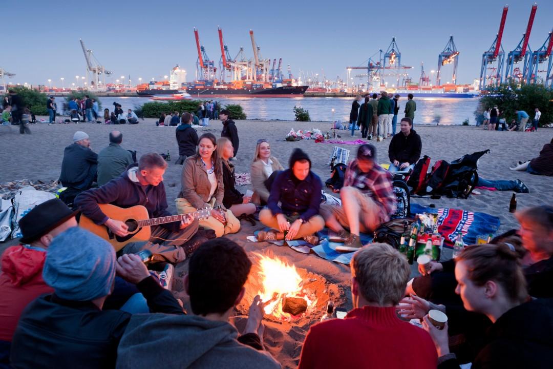 Europa, Deutschland, Hamburg, Oevelgoenne, Elbe, Strand, Lagerfeuer, Hafen, Terminals