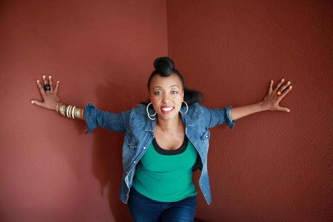 Europa, Deutschland, Hamburg, Karolinenviertel, Lebogang Masemola, LeboSINGER-SONGWRITER FROM SOUTH AFRICALebo Masemola ist eine junge Sängerin aus Südafrika. Mit 17 Jahren zog es sie hinaus in die Welt. Sie wollte andere Kulturen und Kontinente kennen lernen. Ihr erstes Reiseziel war Deutschland, das zu ihrer zweiten Heimat werden sollte. Seit vielen Jahren lebt und arbeitet die Singer-Songwriterin und Künstlerin in Hamburg. Nach Zusammenarbeit mit dem deutsch-südafrikanischen Ensemble Dube und der Leitung des Chors Gobina widmet sich Lebo Masemola nun mit eigener Band vor allem ihren eigenen Songs.