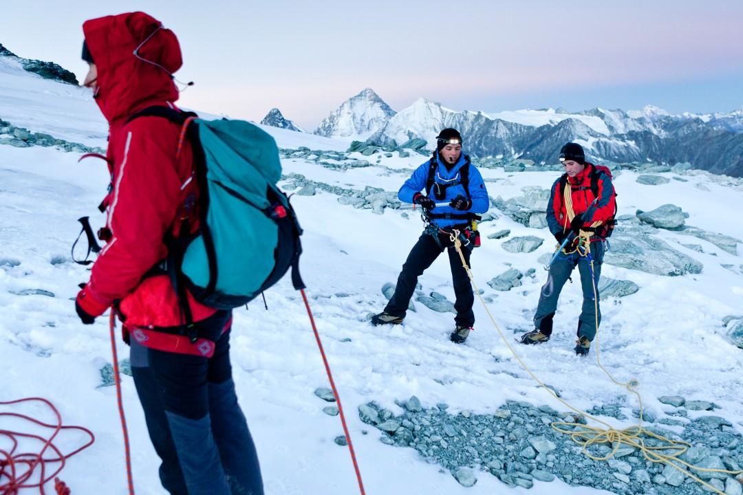 Europa, Schweiz, Wallis, Sierre, Siders, Walliser Alpen, Val de Anniviers, Val de Zinal, Wanderung, wandern, Trekking, Huettenwanderung, Wanderung, Auf und Ab - Stieg  von der Huette , Cabane de Tracuit,  3256 meter,  ueber den Turtmanngletscher , er ist ein Talgletscher in den Walliser Alpen, im Kanton Wallis, auf das Bishorn, 4153 meter, Col de Tracuit, Auf einer Hoehe von 3256 m ü. M. am westlichen Gletscherrand an der Kante gegen das Val d'Anniviers steht die Cabane de Tracuit, eine Huette des Schweizer Alpenclubs SAC. Sie dient als Ausgangspunkt für die Besteigung des Bishorns sowie des Weisshorns. morgens, Seilschaft, Gruppe, gemeinsam, Sicherheit, Vorbereitung, Steigeisen, Eispickel, Gefahr vor Gletscherspalten,
