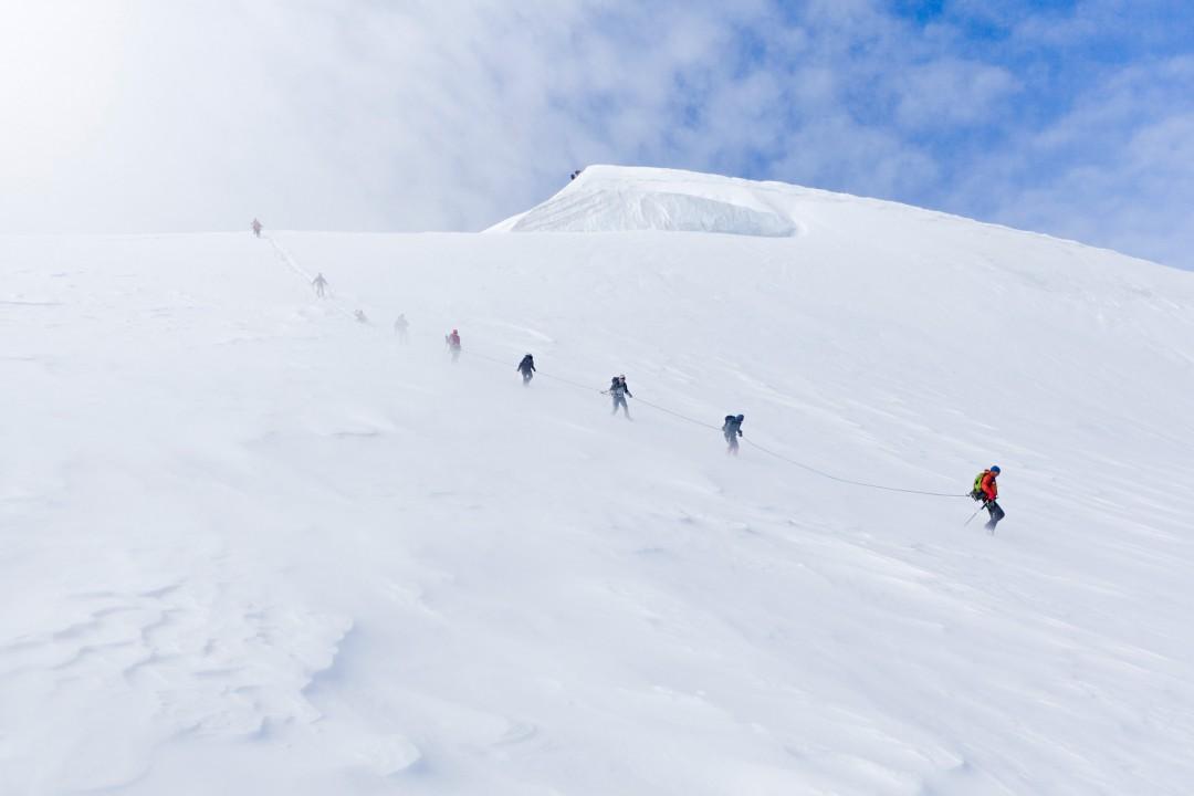 Europa, Schweiz, Wallis, Sierre, Siders, Walliser Alpen, Val de Anniviers, Val de Zinal, Wanderung, wandern, Trekking, Huettenwanderung, Wanderung, Auf und Ab - Stieg  von der Huette , Cabane de Tracuit,  3256 meter,  ueber den Turtmanngletscher , er ist ein Talgletscher in den Walliser Alpen, im Kanton Wallis, auf das Bishorn, 4153 meter, Col de Tracuit, Auf einer Hoehe von 3256 m ü. M. am westlichen Gletscherrand an der Kante gegen das Val d'Anniviers steht die Cabane de Tracuit, eine Huette des Schweizer Alpenclubs SAC. Sie dient als Ausgangspunkt für die Besteigung des Bishorns sowie des Weisshorns. morgens, Seilschaft, Gruppe, gemeinsam, Sicherheit, Vorbereitung, Steigeisen, Eispickel, Gefahr vor Gletscherspalten, morgens, Sonnenaufgang, Abstieg,