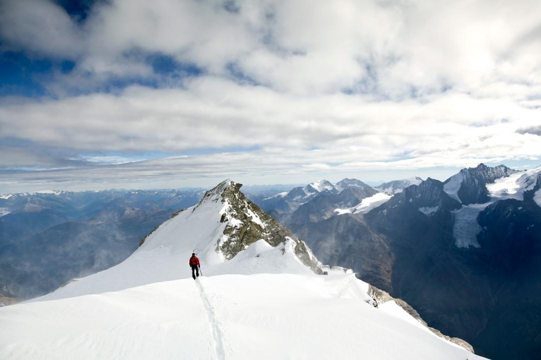 Europa, Schweiz, Wallis, Sierre, Siders, Walliser Alpen, Val de Anniviers, Val de Zinal, Wanderung, wandern, Trekking, Huettenwanderung, Wanderung, Auf und Ab - Stieg  von der Huette , Cabane de Tracuit,  3256 meter,  ueber den Turtmanngletscher , er ist ein Talgletscher in den Walliser Alpen, im Kanton Wallis, auf das Bishorn, 4153 meter, Col de Tracuit, Auf einer Hoehe von 3256 m ü. M. am westlichen Gletscherrand an der Kante gegen das Val d'Anniviers steht die Cabane de Tracuit, eine Huette des Schweizer Alpenclubs SAC. Sie dient als Ausgangspunkt für die Besteigung des Bishorns sowie des Weisshorns. morgens, Seilschaft, Gruppe, gemeinsam, Sicherheit, Vorbereitung, Steigeisen, Eispickel, Gefahr vor Gletscherspalten, morgens, Sonnenaufgang, beim Gipfel, Blick auf den Pointe Burnaby
