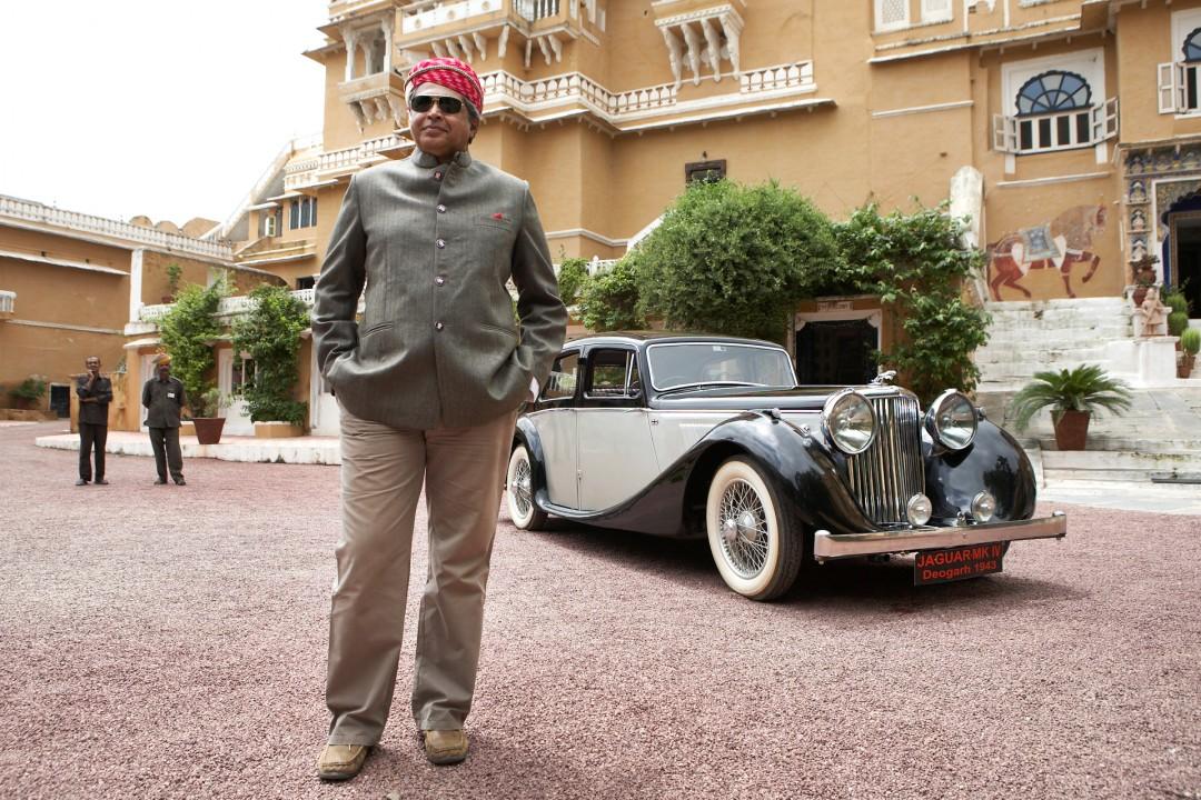 Indien, Republic of India, Rajasthan,  Kanvar Veer Singh Bhadra, Maharaja von Deogarh,  mit seinem 65 Jahre alten Jaguar MK IV, Luxushotel, Palast, Palace, Hotel,