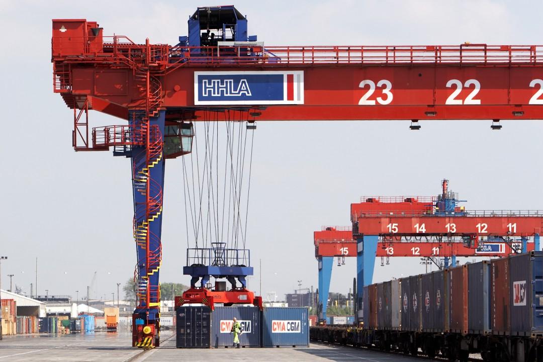 Deutschland Hamburg Hafen Container Verladung HHLA Bahnhof neu Burchardkai Waltershof Import Export Hafen Shipping