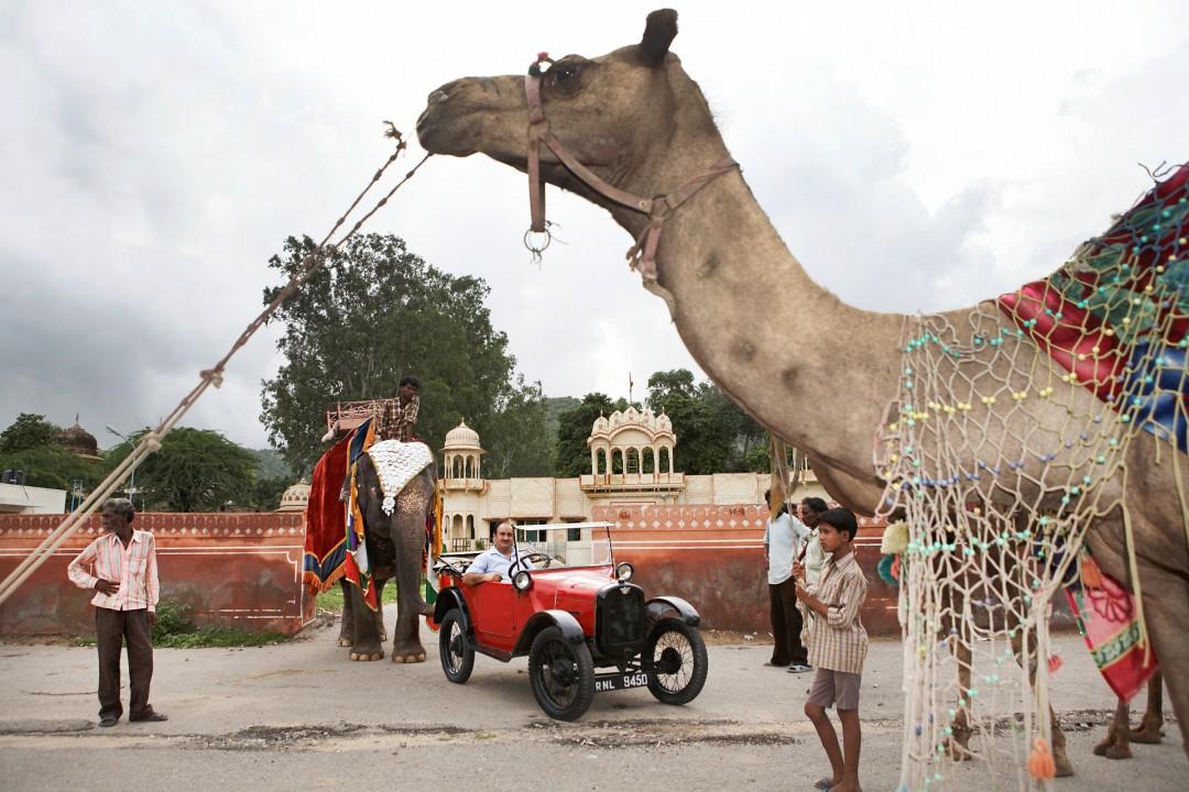 Indien, Republic of India, Rajasthan, Jaipur,Andul-Raschid und Abdul Hamid Ghani (Moslem-Familie) Rent a Vintage Car, Austin Chummy von 1923 mit Magnet-System statt Batterie, Kamel, Elefant
