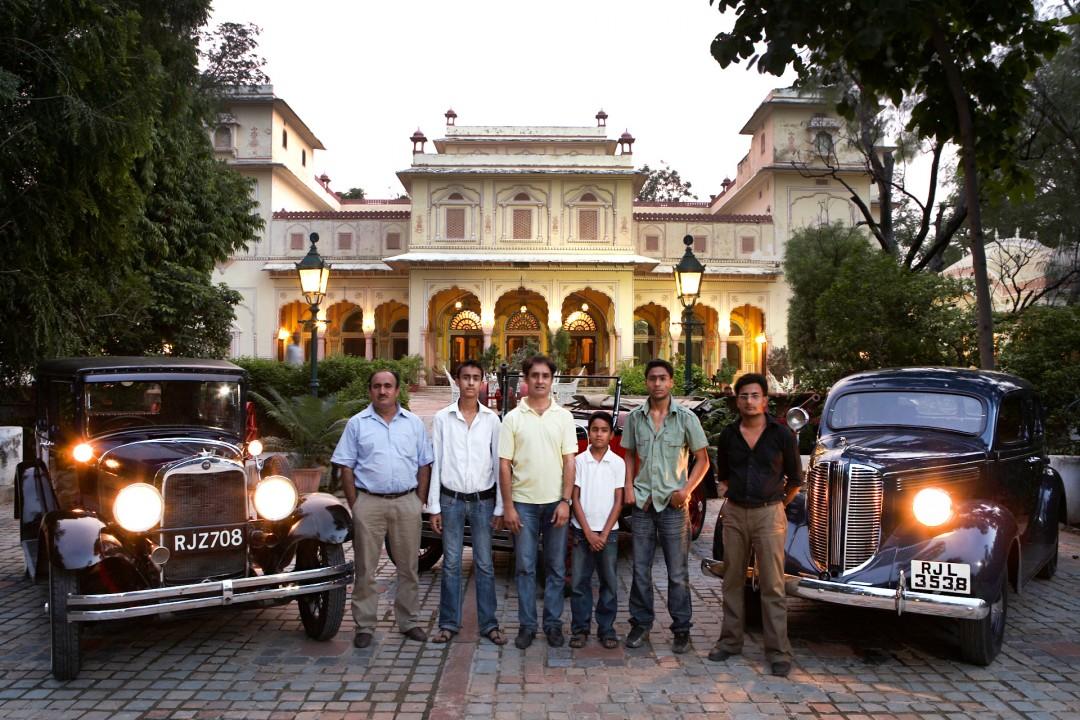 Indien, Republic of India, Rajasthan, Andul-Raschid und Abdul Hamid Ghani (Moslem-Familie); Jaipur, Rent a Vintage Car, vor Hotel Palast Narain Nivas, Erskine(Studebaker) von 1929, Austin Chummy von 1923 und Dodge von 1938