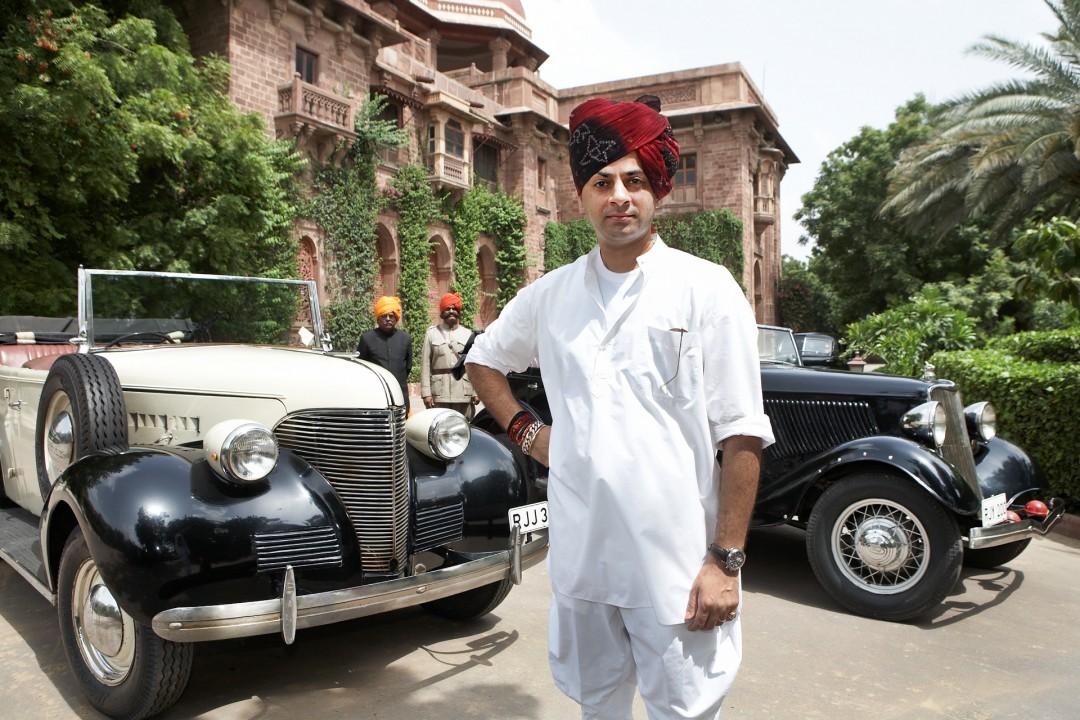 Indien, Republic of India, Rajasthan, Maharaj Suryaveer Singh Rathore; Maharaja vor dem Ajit Bhawan-Palace und Hotel in Jodhpur, links Chevrolet De Luxe 30er Jahre, rechts Ford von 1934, Oldtimer, Vintage Cars, Veteran Cars,