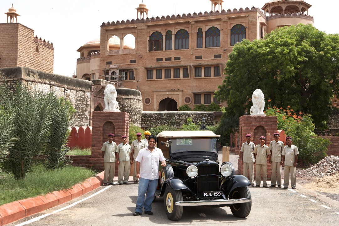 Indien, Republic of India, Rajasthan, Dhananjai Sing: 22-jähriger Hoteldirektor in Khimsar und Oldtimer, Vintage Cars,Ford, Pick up