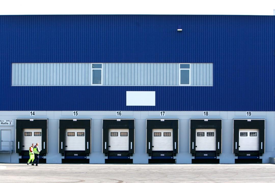 Deutschland Hamburg Altenwerder Logistik Zentrum Lagerhallen Regale Verladung Einfahrten