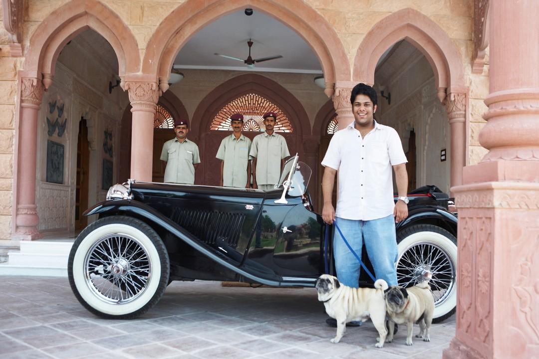 Indien, Republic of India, Rajasthan, Dhananjai Sing: 22-jähriger Hoteldirektor in Khimsar und Oldtimer, Vintage Cars,