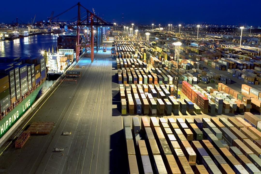 Deutschland Hamburg Hafen groesster deutscher Container- Umschlaghafen Eurokai Elbe Import Export Weltweit Eurogate Terminal Waltershof Van Carrier Bruecken Schiffe Wirtschaft Waltershof