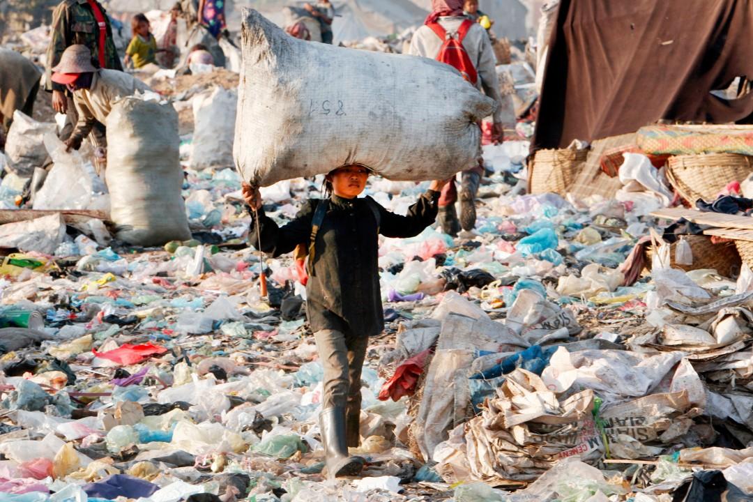 Muell recyclebarem Material Stoeung  Mean Chey  Phnom  Penh Kambodscha  Muellhalde dump trash menschen Kinder suchen im Muell Muellauto Muellabfuhr  Cambodia