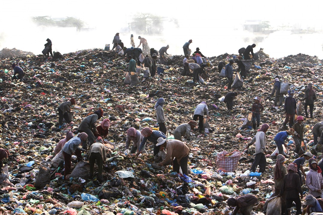 Asien, Cambodia, Kambodscha, Phnom Penh, Muell recyclebarem Material Stoeung  Mean Chey  Phnom  Penh Kambodscha  Muellhalde dump trash menschen Kinder suchen im Muell Muellauto Muellabfuhr  Cambodia