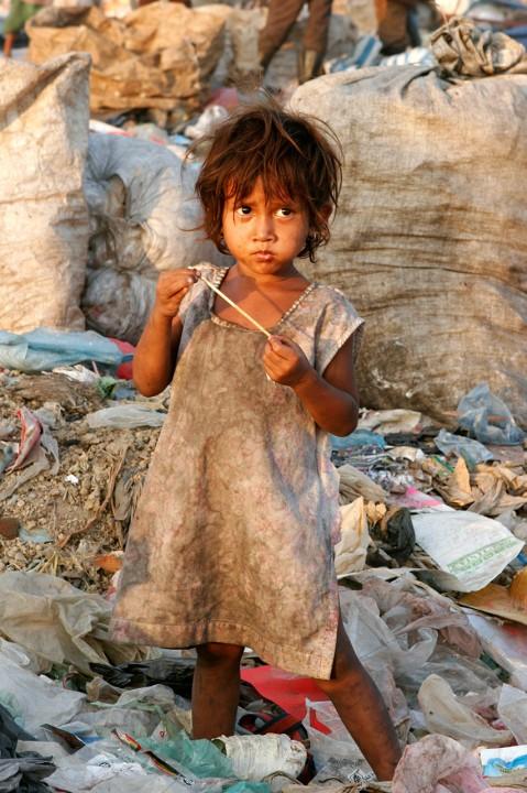 Kambodscha, Phnom Penh, Muell,  Menschen, KInder suchen nach recyclebarem Material, Stoeung  Mean Chey, Muellhalde, dump, trash, suchen im Muell, Muellabfuhr, Cambodia
