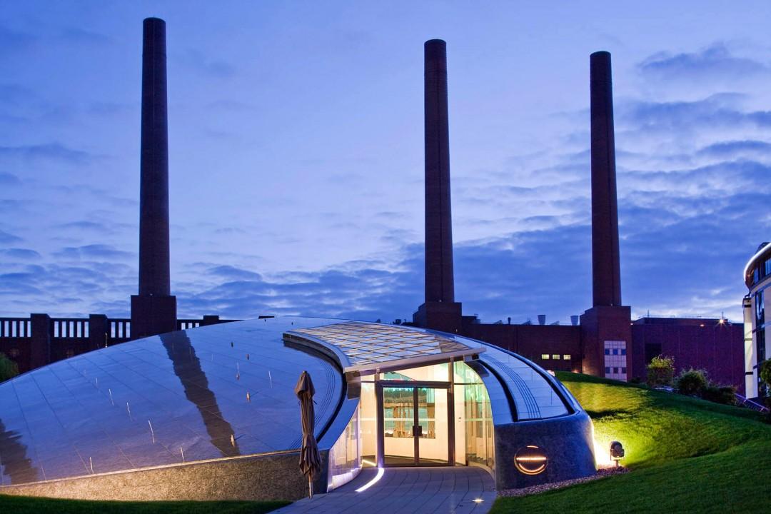 Deutschland,  Niedersachsen, Wolfsburg, Volkswagen, Autostadt, Stadtbruecke, Park und Lagunenlandschaft mit Markenpavillions, Premium Clubhouse,