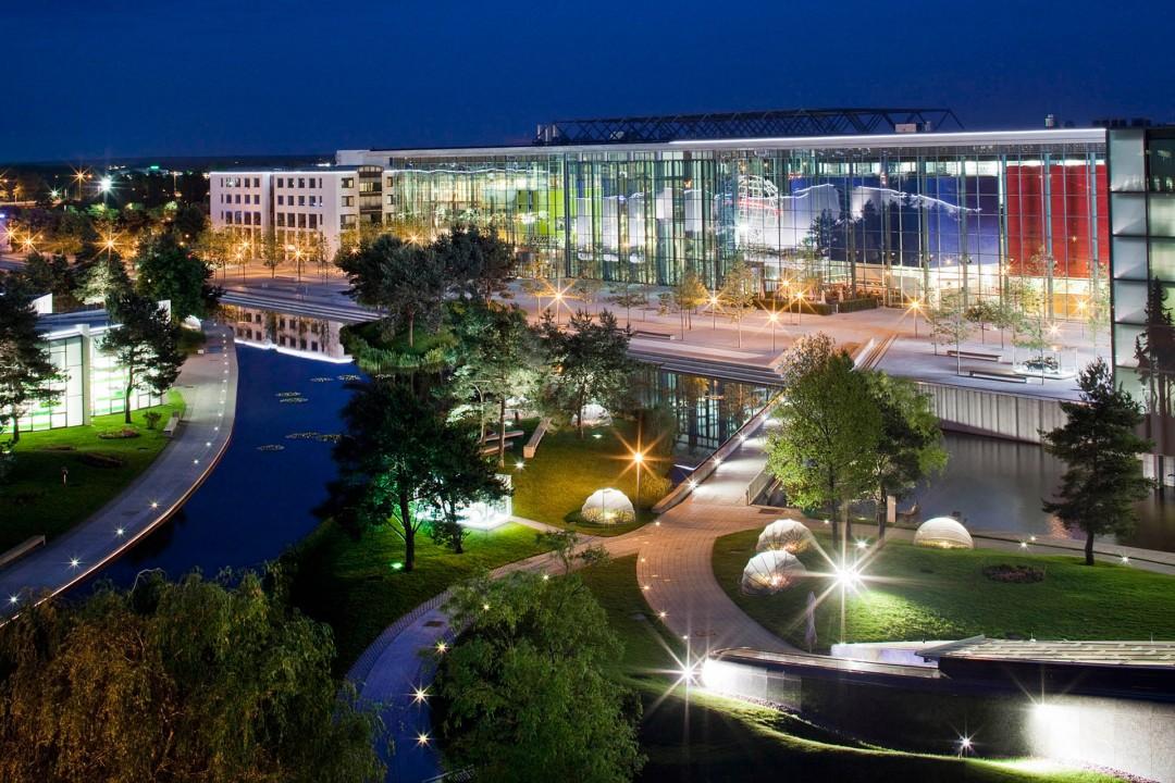 Deutschland,  Niedersachsen, Wolfsburg, Volkswagen, Autostadt, Stadtbruecke, Park und Lagunenlandschaft mit Markenpavillions, Piazza