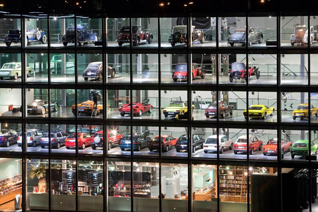 Deutschland,  Niedersachsen, Wolfsburg, Volkswagen, Autostadt, Stadtbruecke, Park und Lagunenlandschaft mit Markenpavillions, Zeit Haus