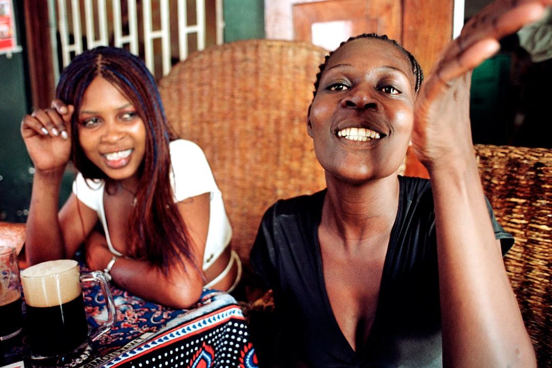 2 Prostituierte in einer Bar an der Raha Beach