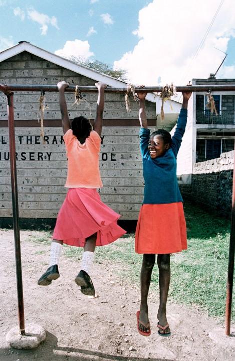 Aids - Waisenkinder,Pangani Lutheran Children Center, Waisenkinder ( ehemalige Strassenkinder) Mädchen aus dem Mathare-Valley- Slum, in der Kirche ,Mädchen, www.kelc.or.Ke/woman/plcc.htm