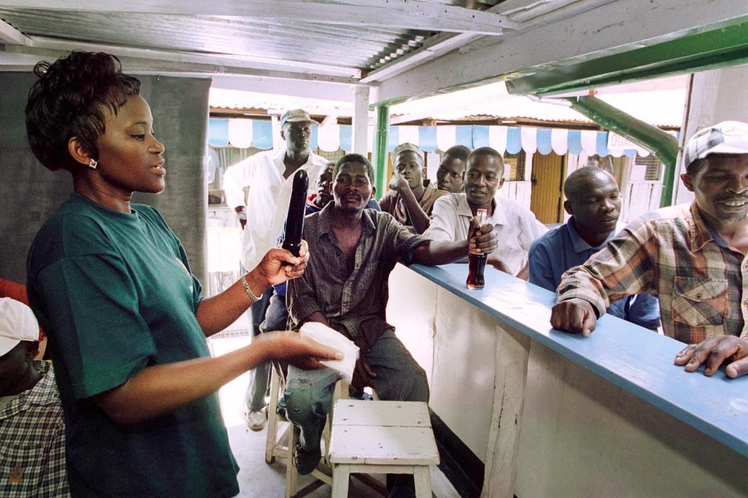 Wofak- Aktivistin demonstriert Bar-Keepern und Busfahrern den richtigen Umgang mit Kondomen im Vorort von Nairobi www.wofak.or.ke