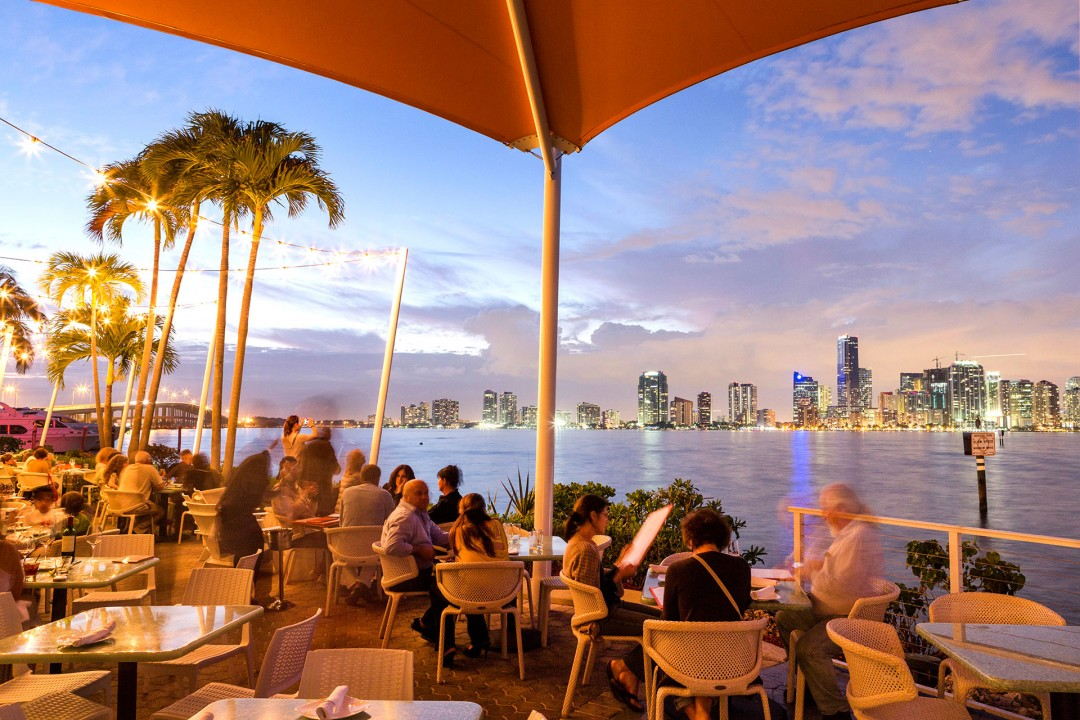 Reise Travel laif_creative USA, Amerika, United States of America, Florida, Miami, Restaurant Rusta Pelican, 3201 Rickenbacker Causeway, Key Biscane, Engl.: United States of America, Waterfront Restaurant, Lounge,  Skyline von Downton Miami, Abend