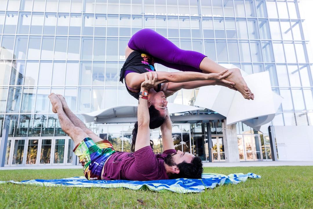USA, Amerika,  Florida, Miami, Dade, South Beach, Art Deco District, Washington Ave, South Beach: Frank Gehry´s New World Center, Akrobatik Yoga, Engl.: United States of America, Acro Yoga