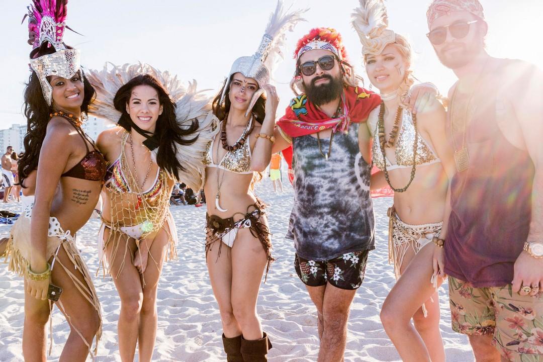 USA; Amerika; Florida; Miami; South Beach; Art Deco District; Ocean Drive; Strand; Spring Break; Studenten; feiern; junge Menschen. Party am Strand beach college students Fest; Spring Break vacation, Models machen Werbung für einen Club