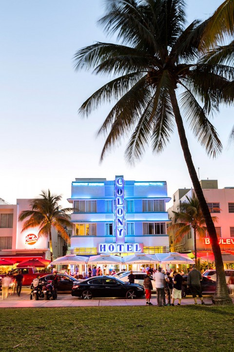 USA, Amerika, United States of America, Florida, Miami, Dade, South Beach, Art Deco District, Ocean Drive, Hotels, Bars, Restaurants, Autos, Nachtleben, Palmen, Lummus Park, Abend, Nachtleben, Verkehr, Touristen