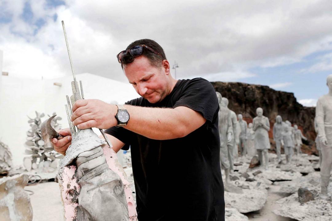 Europa Spanien Kanarische Inseln Lanzarote Jason deCaires Taylor Kuenstler Artist Unterwasser Museum Museo Atlantico vor Lanzarote, Studio, Werstatt, Mitarbeiter am Yacht Hafen von Playa Blanca