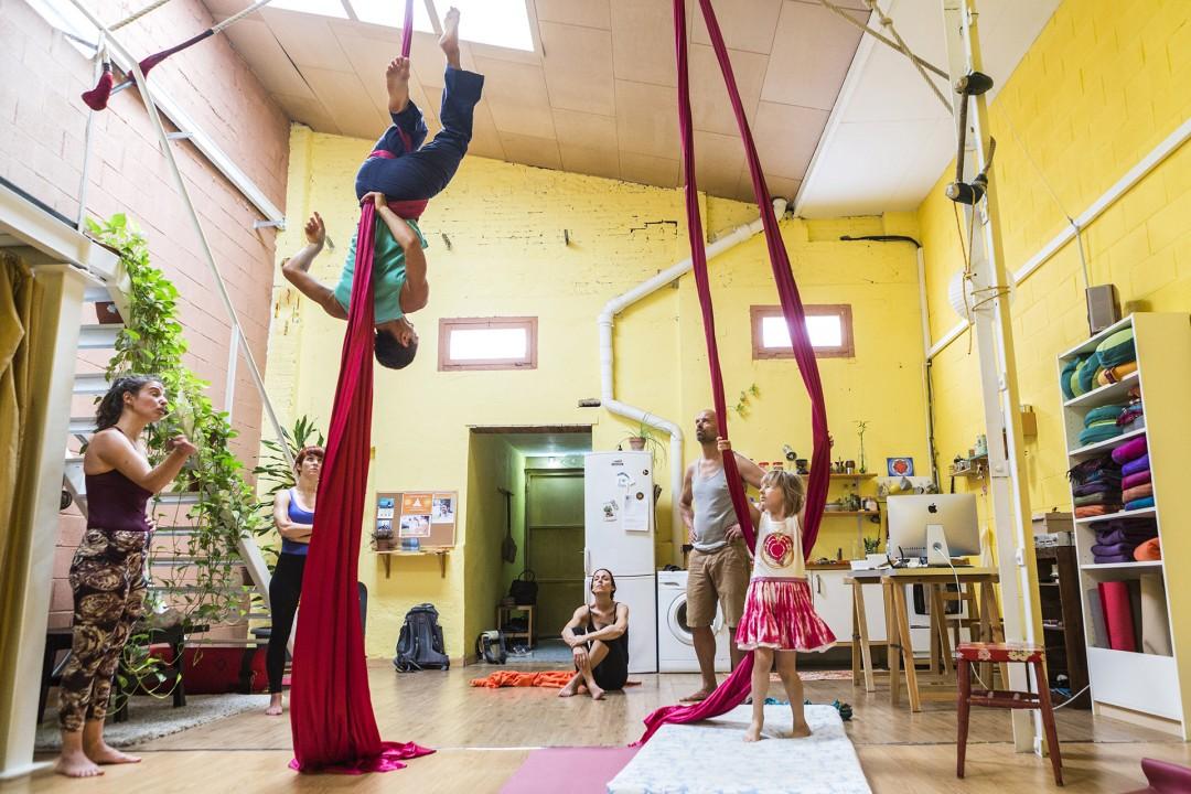 Europa Spanien Katalonien Barcelona San Marti Poble Nou Xperimenta Espacio Yoga und Akrobatik Kurs ehemalige Mehl Fabrik Journalist Christian Thiele und Tochter Stella