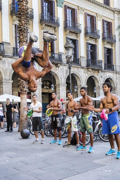 Europa Spanien Katalonien Barcelona Barri Gotic Altstadt Gotisches Viertel Placa Reial Akrobaten am Abend Salto