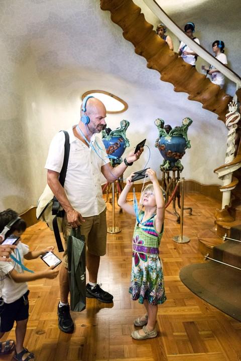 Europa Spanien Katalonien Barcelona Passeig de Gracia Casa Battlo Antoni Gaudi organische Fassade 1906 Unkonventionell Drachenschwanz Christian Thiele und Tochter Stella