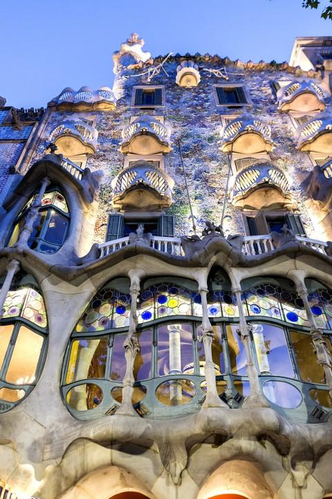 Europa Spanien Katalonien Barcelona Passeig de Gracia Casa Battlo Antoni Gaudi organische Fassade 1906 Unkonventionell Drachenschwanz runde Formen