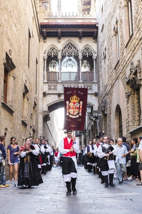Europa Spanien Katalonien Barcelona Barri Gotic Gotisches Viertel Altstadt Katalanisches Fest Fest la Catalania Prozession  hinter der Kathedrale