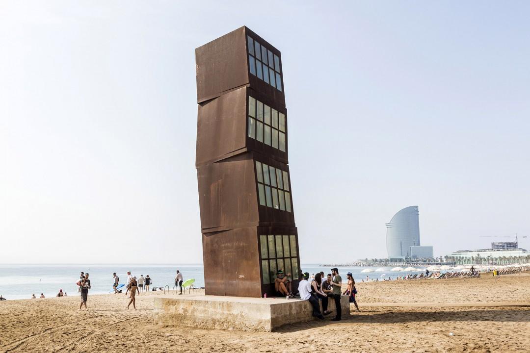 Europa Spanien Katalonien Barcelona La Barceloneta Strand beim Port Olimpic Platja Somorrostro Mittelmeer Kunstwerk Kioske Turm