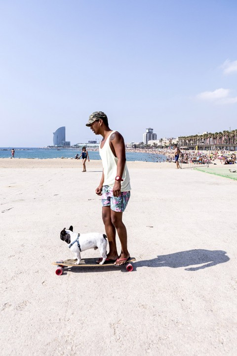 Europa Spanien Katalonien Barcelona La Barceloneta Strand beim Port Olimpic Platja Somorrostro Mittelmeer Fruehsport Fitness Center outdoor Koerperkult Training Geraete Promenade Hund auf Skateboard Mann