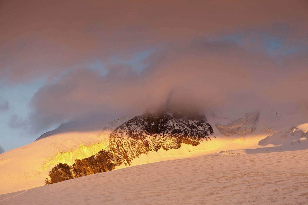 Europa, Schweiz, Kanton Wallis, Val d'Anniviers, Zinal, Walliser Alpen, Schnee, Berge, Bishornbesteigung, Blick von der Cabane de Tracuit, eine Huette des Schweizer Alpenclubs SAC, Bishorn in Wolken,