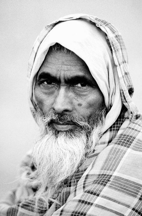 Indien India old Mann alter Mann Vollbart lange Haare Inder Portrait entspannt