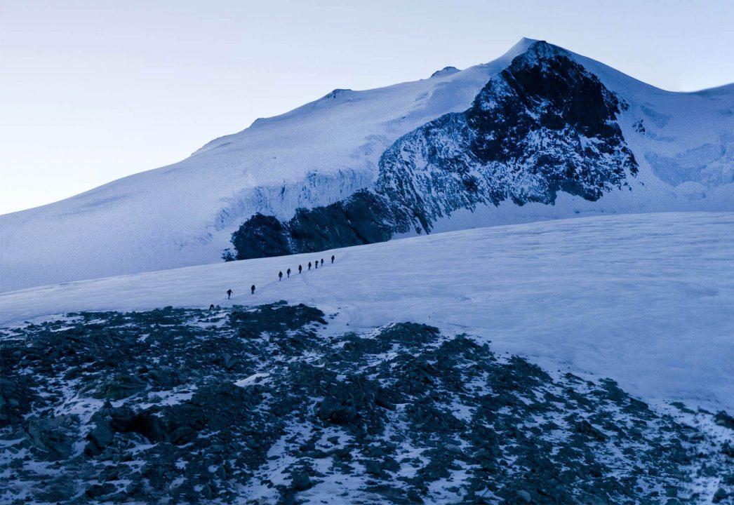 Europa, Schweiz, Wallis, Sierre, Siders, Walliser Alpen, Val de Anniviers, Val de Zinal, Wanderung, wandern, Trekking, Huettenwanderung, Wanderung, Auf und Ab - Stieg  von der Huette , Cabane de Tracuit,  3256 meter,  ueber den Turtmanngletscher , er ist ein Talgletscher in den Walliser Alpen, im Kanton Wallis, auf das Bishorn, 4153 meter, Col de Tracuit,Auf einer Höhe von 3256 m ü. M. am westlichen Gletscherrand an der Kante gegen das Val d'Anniviers steht die Cabane de Tracuit, eine Huette des Schweizer Alpenclubs SAC. Sie dient als Ausgangspunkt für die Besteigung des Bishorns sowie des Weisshorns. morgens, Seilschaft, Gruppe, gemeinsam, Sicherheit,