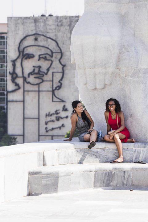 Antillen, Karibik, Cuba, Kuba, Republica de Cuba, Sozialismus, Nordwest Kuba, Havanna, Vedado und Plaza, Plaza de la Revolution, Monumento Jose Marti, Che Guuevara Skulptur am Innenministerium, amerikanische Touristinnen