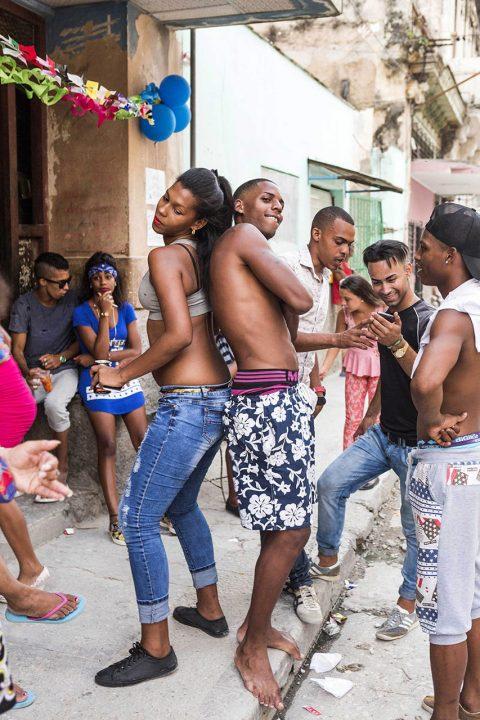 Antillen, Karibik, Cuba, Kuba, Republica de Cuba, Sozialismus, Nordwest Kuba, Havanna, Centro Habana, alte Haeuser, Abend, Geburtstagsparty auf der Strasse, Salsa,
