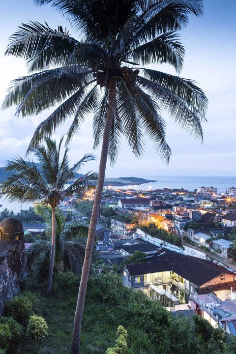 Antillen, Karibik, Cuba, Kuba, Republica de Cuba, Osten, Sozialismus, Blick auf Baracoa, vom Castillo de Seboruco, heute Hotel El Castillo, Bahia de Baracoa, hinten der Amboss, El Yunque, Tafelber,